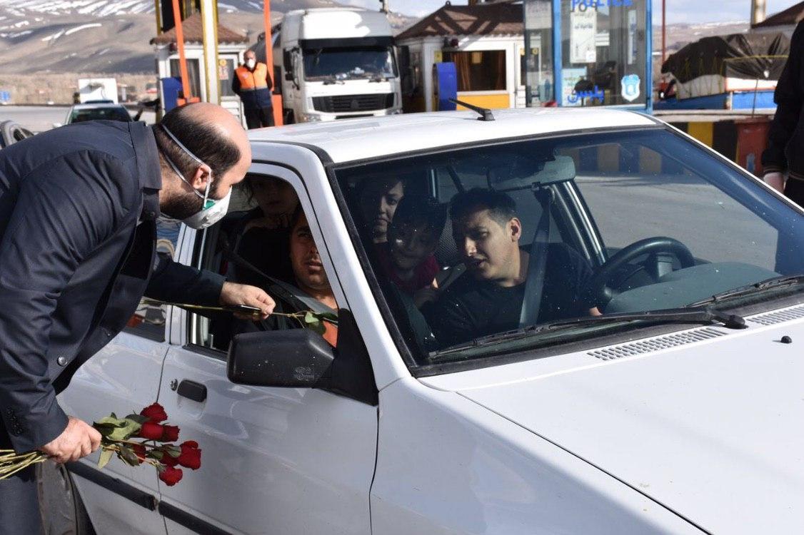 درخواست جوانان تبریزی از مسافران برای بازگشت با اهدای شاخه گل