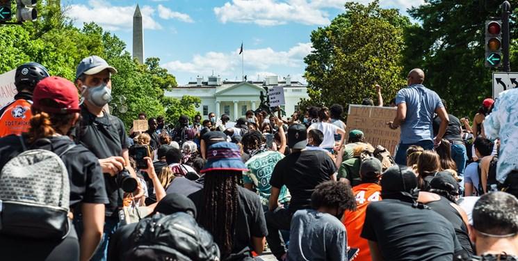 ادامه اعتراضات در مقابل کاخ سفید/ تلاش معترضان برای برداشتن حصارهای آهنی