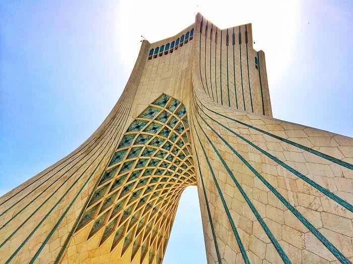 برج آزادی به زنگ پرچم لبنان درآمد (عکس)