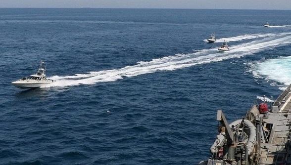 """""""شلیک هشدار"""" کشتی آمریکا علیه قایق های سپاه"""