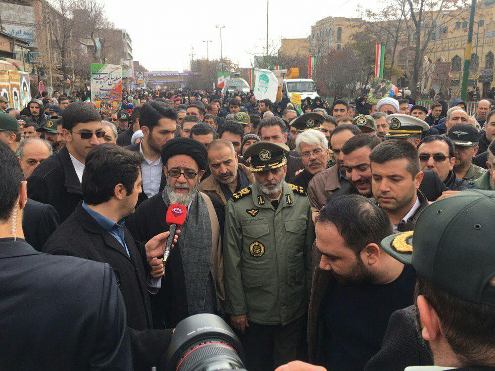 حضور فرمانده کل ارتش در جمع راهپیمایان تبریزی