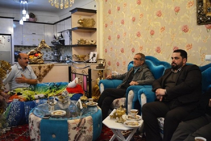 عیادت پزشکیان از آتش نشان مصدوم حادثه انفجار شهرک پرواز تبریز