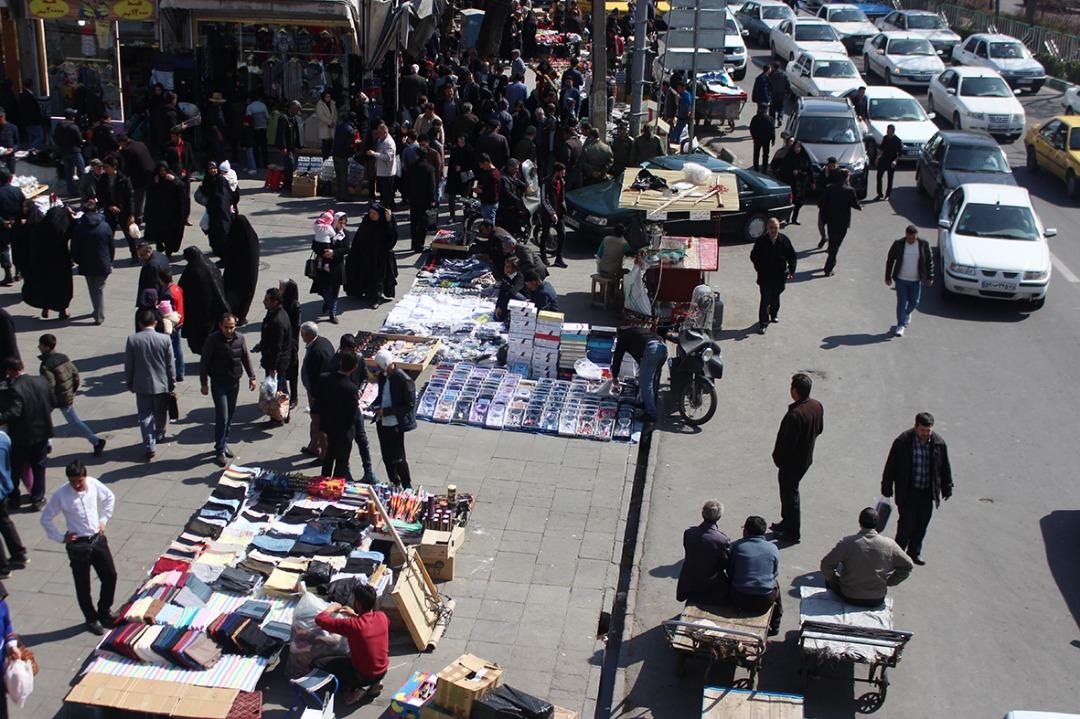 گزارش تصویری از هیاهوی دستفروشان تبریزی در بازار شب عید