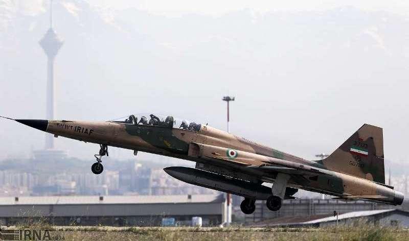 اجرای نمایش هوایی جنگنده ایرانی کوثر