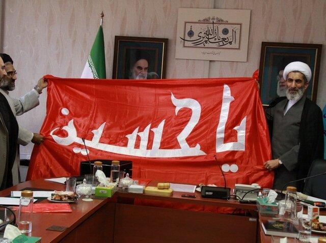 اهدای پرچم گنبد امام حسین (ع) به معاون فرهنگی قوه قضاییه