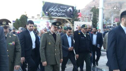 تصویری متفاوت از وزیر دفاع بر سر مزار سردار سلیمانی