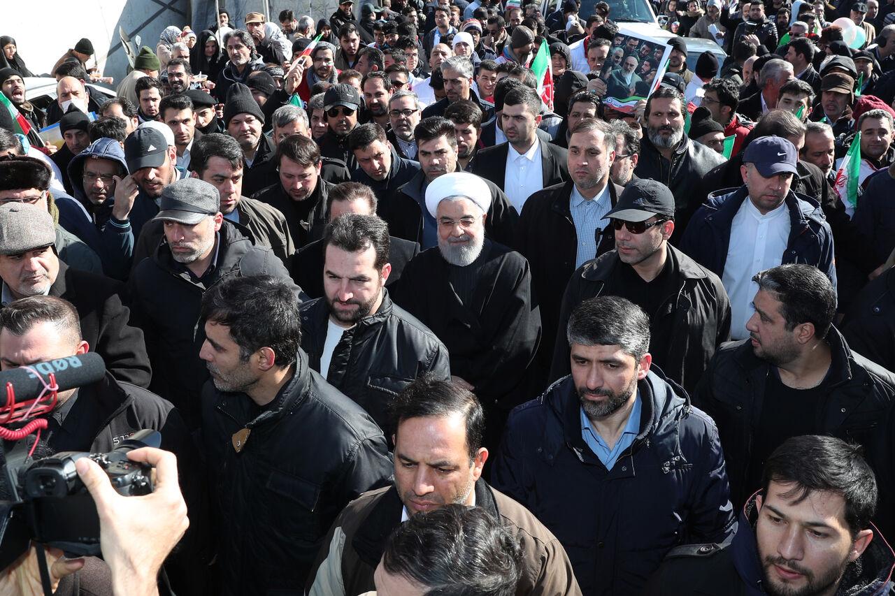 در مسیر راهپیمایی پرشور مردم تهران مطرح شد؛ روحانی: حضور مردم در راهپیمایی ۲۲ بهمن بهترین پاسخ در برابر ستمگران است